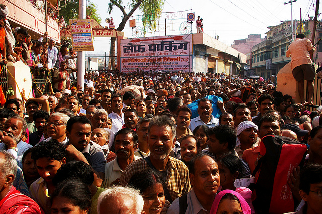 толпа индусов