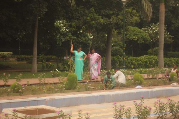 Индийские женщины на дороге дворники