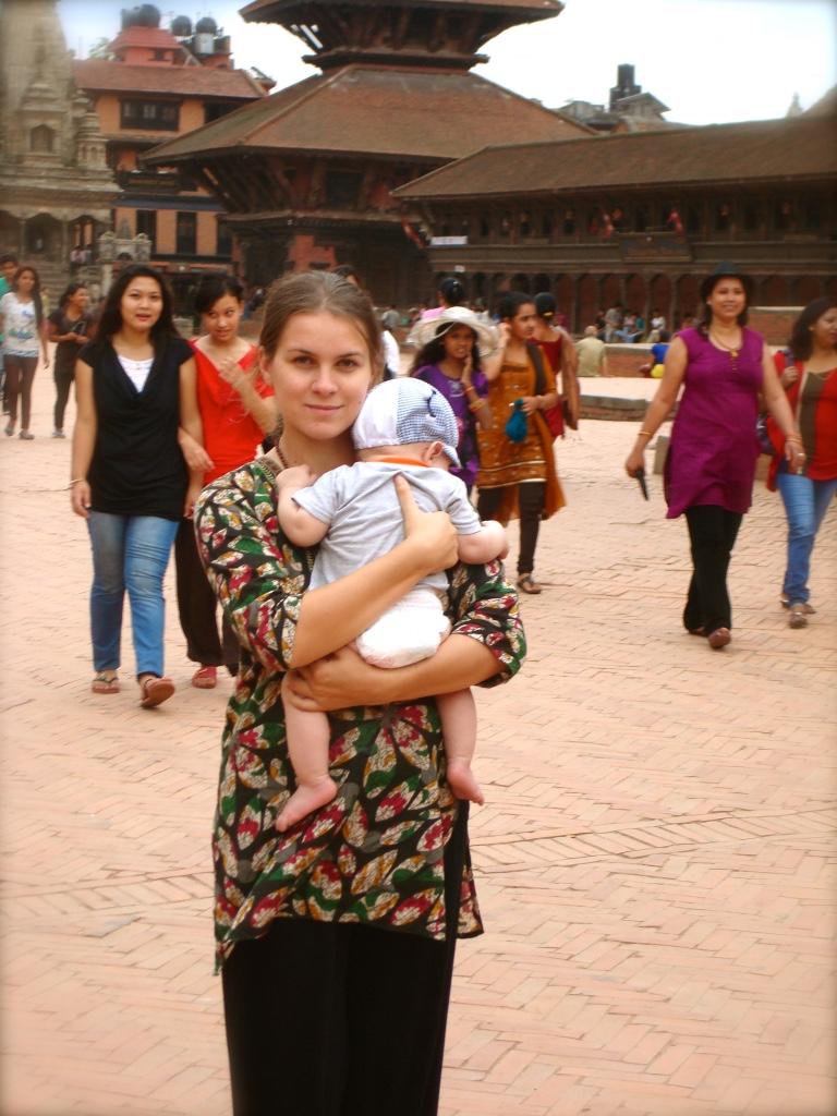 Анна Сошникова с сыном в Непале (Бхактапур)